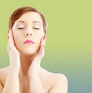La forma de aplicarse la crema es básica para mantener un rostro joven.