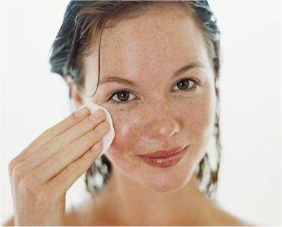 El aceite facial debe aplicarse por todo el rostro y el cuello para que sea efectivo.